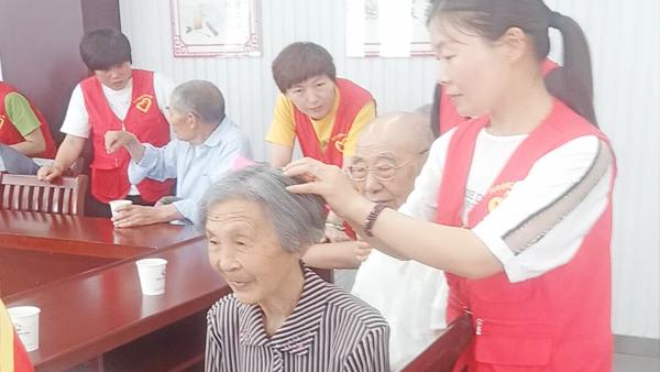 旭瑞网业领导慰问社区老人